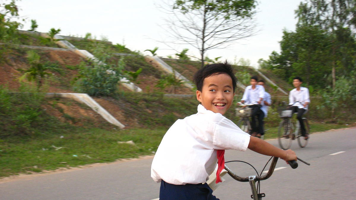 Thousands of Vietnamese students go back to school after virus outbreak